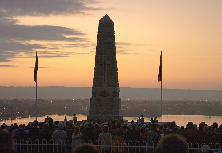 ANZAC day Dawn Service, State war memorial, Kings Park | © Gnangarra / WikiCommons