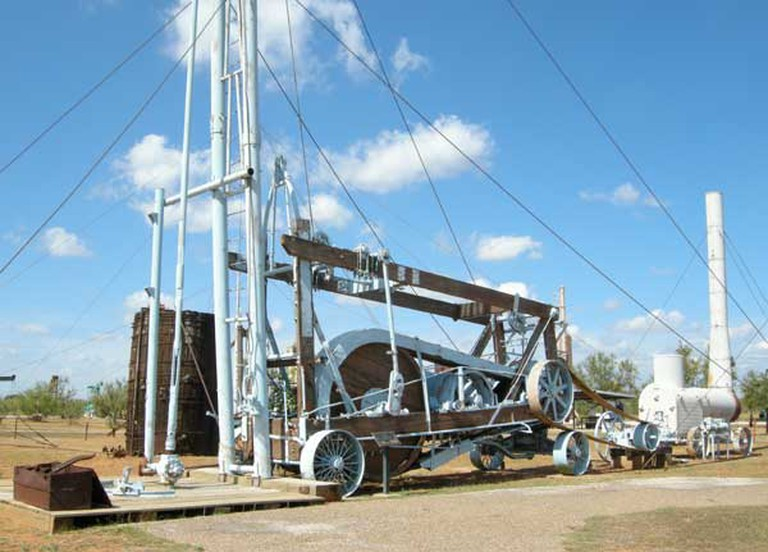 Early mobile drilling rig in museum collection | © Plazak/Wikicommons