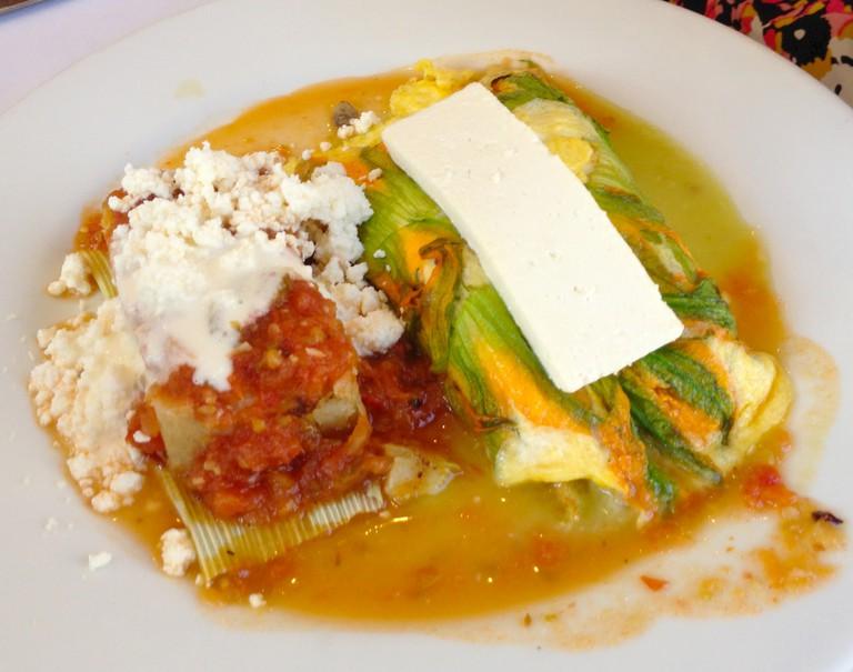 Eggs and tamales at El Cardenal | © LWYang/Flickr