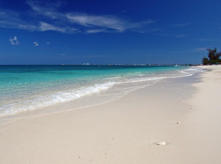 Seven Mile Beach, Grand Cayman | © James Willamor / Flickr