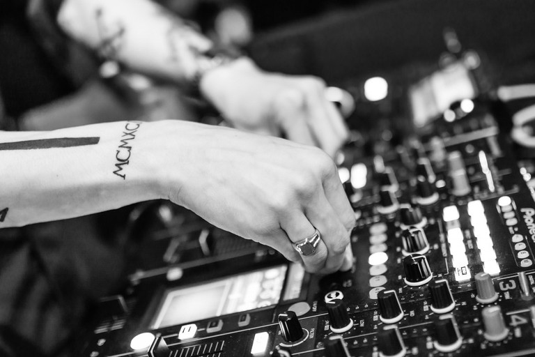 Tattooed DJ | © Pixabay
