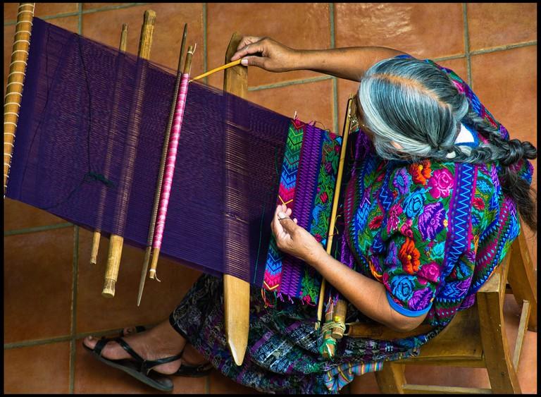 An artisan woman creating a huipil | © Guillén Pérez/Flickr