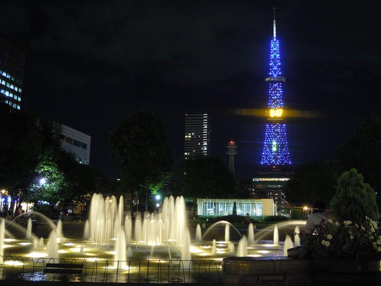 夜のテレビ塔と大通公園の噴水 (Night View of the TV Tower and Odori Park Fountains)