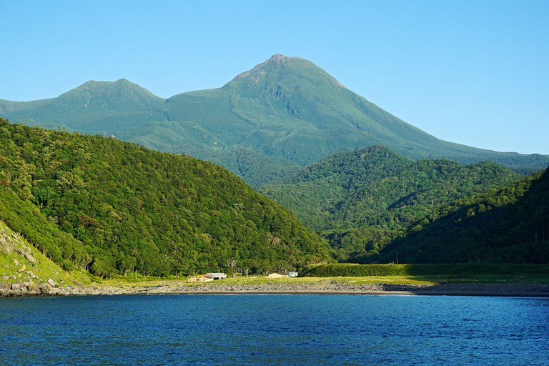 Mount Rausu view from the Sea of Okhotsk at Shari, Hokkaido prefecture, Japan. | ©663highland / Wikimedia Commons