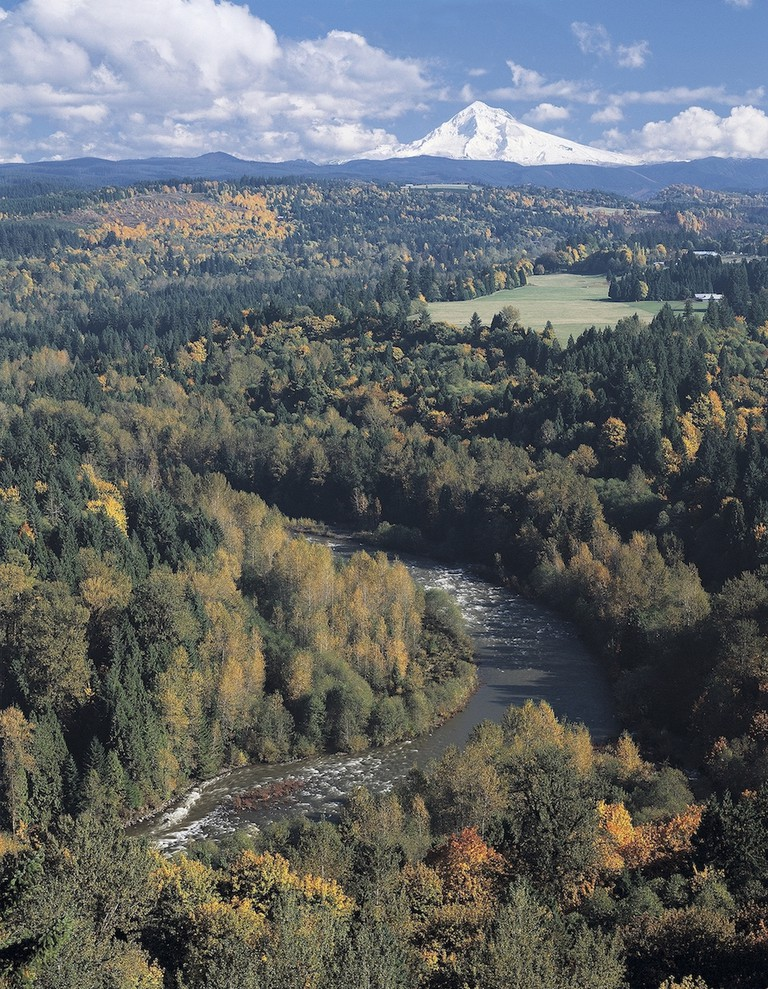 Mount Hood and the w:Sandy River, as seen from Jonsrud Viewpoint | © Sandy Historical Society/WikiCommons