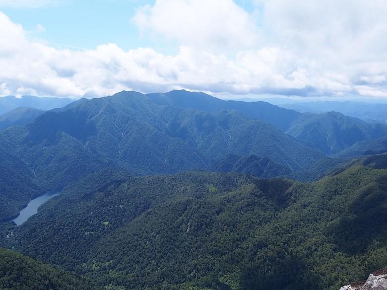 Mount Idonnappu and Lake Poroshiri seen from Mount Poroshiri | ©tondemasu / Wikimedia Commons