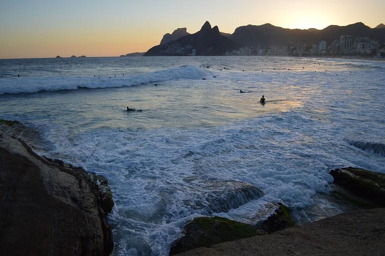 Night surfing at Arpoador |© Mayra Pavanello Munerato/WikiCommons