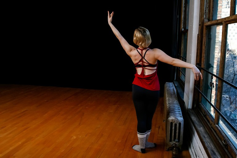 woman stretching before dance class / (c) KMo Foto / Flickr