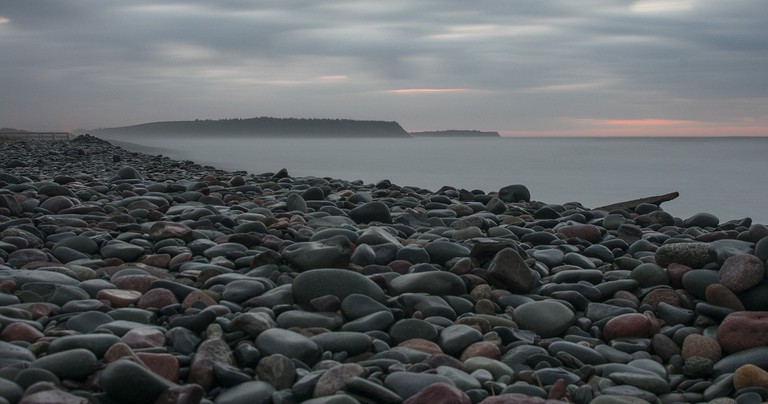 Surf and pebbles | © Rodger Evans / Flickr