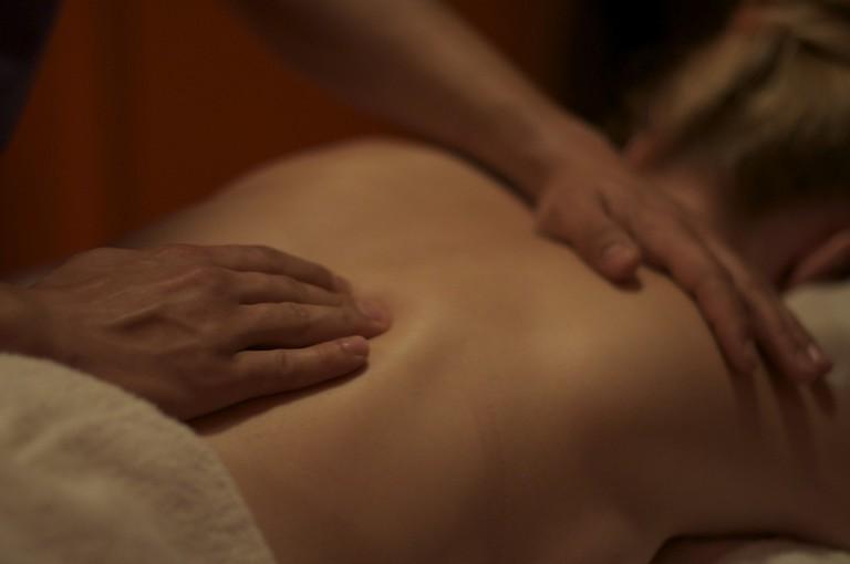 Back massage | © Nick Webb/Flickr
