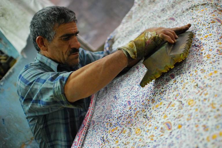 A man handprints traditional cloth in a workshop in Esfahan's bazaar | © Paul Keller / Flickr
