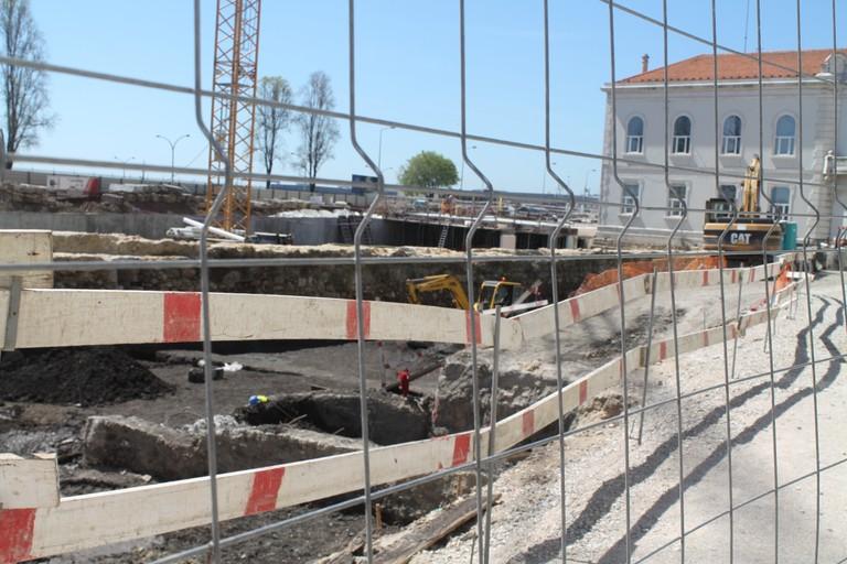 Peering into the Largo das Cebolas excavation site © Nina Santos