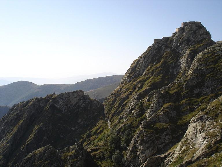 Steep gorges lie below Babak Castle | © Niyaz Bakılı / Flickr