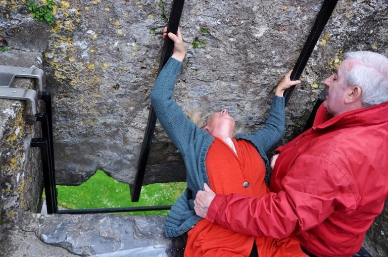 Kissing the Blarney Stone at Blarney Castle | © Colleen Galvin/Flickr