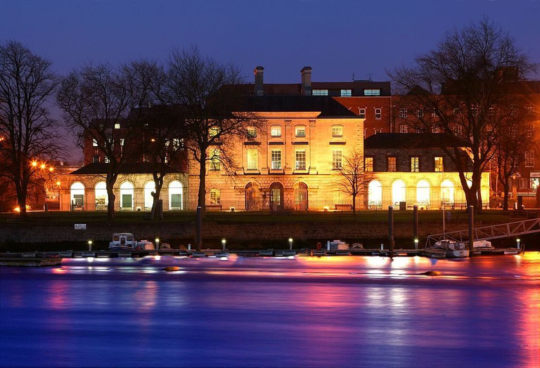Night time view of the front of the Custom House from Clancy's Strand   © The Hunt Museum/WikiCommons