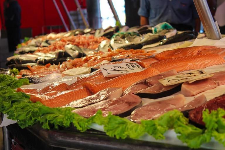"<a href=""https://pixabay.com/en/market-fish-fish-market-food-897990/"">Fish stall   © PaelmerPhotoArts/Pixabay</a>"