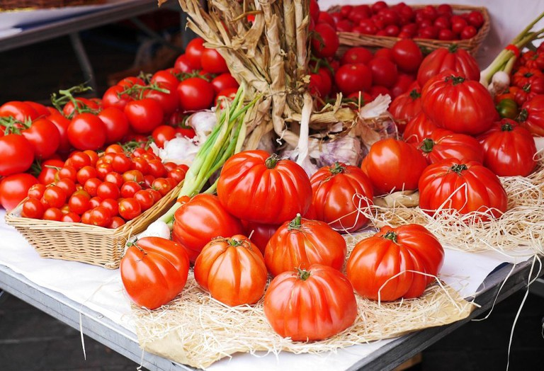 "<a href=""https://pixabay.com/en/tomatoes-farmers-local-market-stand-1459069/"">Market stall   © hpgruesen/Pixabay</a>"