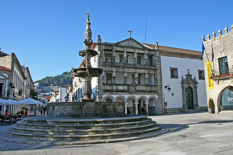 https://commons.wikimedia.org/wiki/File:Chafariz_e_Miseric%C3%B3rdia_de_Viana_do_Castelo.jpg