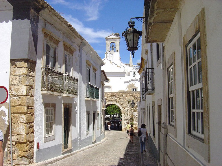https://commons.wikimedia.org/wiki/File:Faro_Cidade_Velha_2.JPG