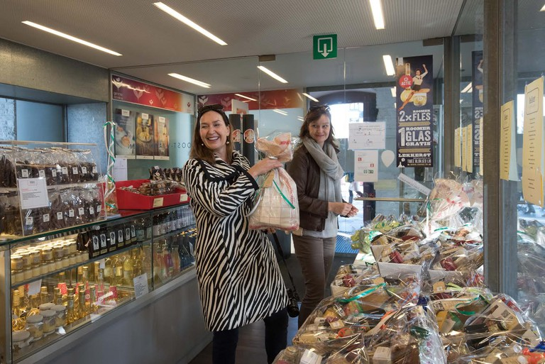 The gift shop with local delicacy baskets at Butchers' Hall | courtesy of Groot Vleeshuis