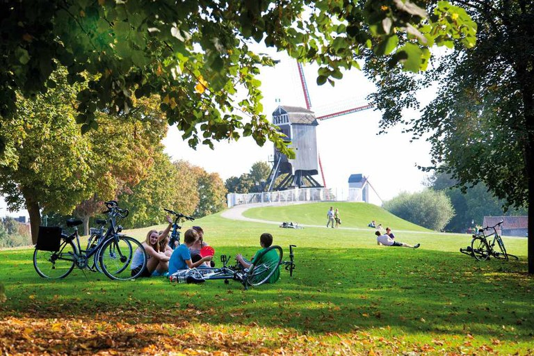 On one end of the Sint-Anna neighborhood, greenery and windmills | © Jan D'Hondt / courtesy of Visit Bruges