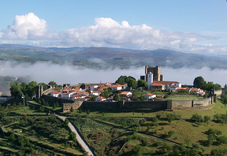 https://pixabay.com/es/portugal-bragan%C3%A7a-murallas-tours-971599/
