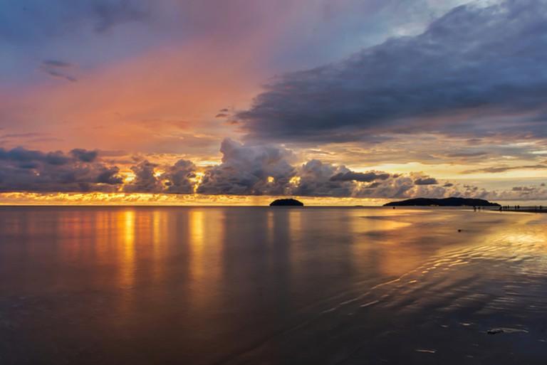 Sunset reflections at Tanjung Aru beach | © greenpop/Shutterstock