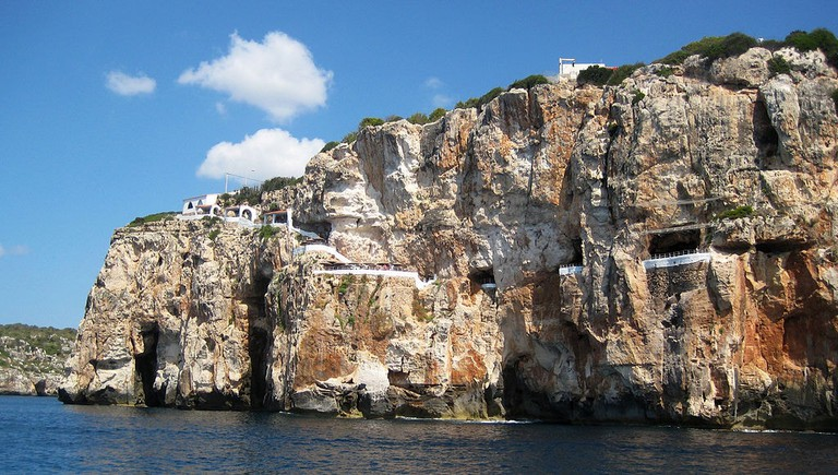 Cova d'en Xoroi | © MinorKan / Wikimedia Commons