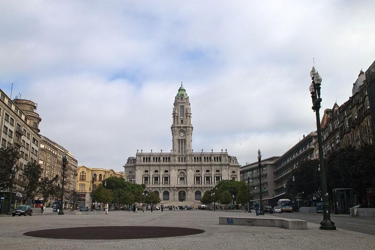 https://commons.wikimedia.org/wiki/File:Avenida_dos_Aliados_com_a_C%C3%A2mara_Municipal_do_Porto.jpg