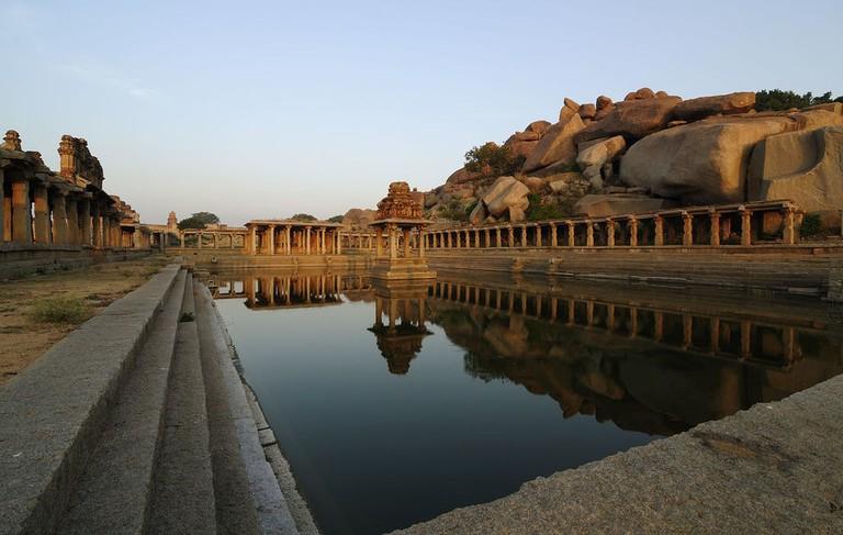 1280px-Krishna_Pushkarani_-_Hampi_Ruins