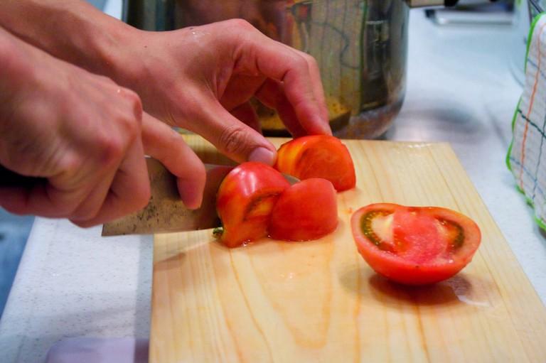 Chopping Tomatoes | © baron valium/Flickr