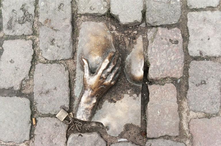 Bronze_relief_Oudekerksplein_Amsterdam