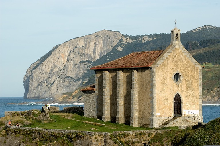 Santa Catalina Hermitage, Mundaka, Basque Country   ©kurtsik / Wikimedia Commons