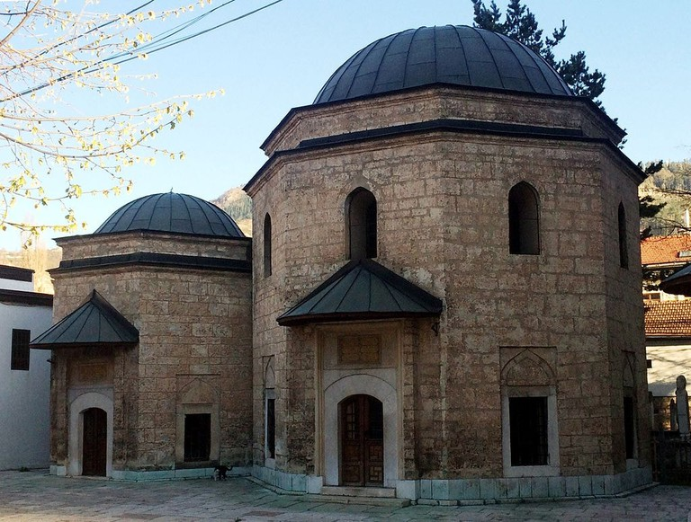 Gazi Husrev Bey's Mausoleum next to the mosque | © Bjoertvedt/WikiCommons