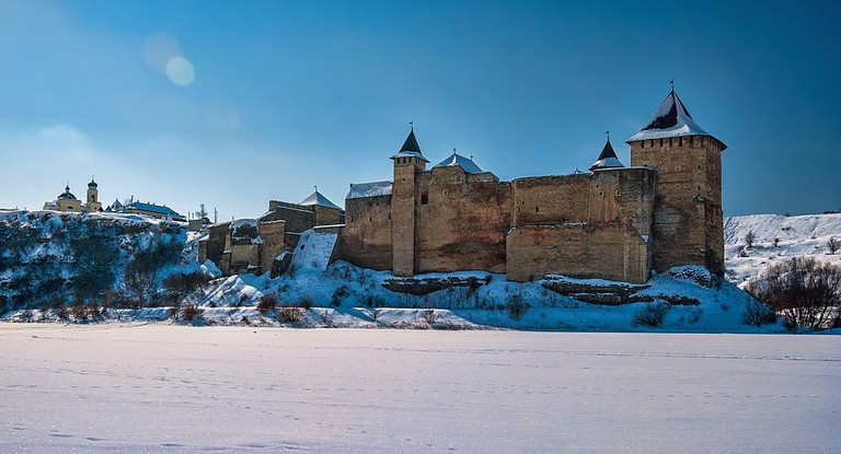 1024px-Khotyn_Fortress_in_winter,_view_from_the_Dniester_River