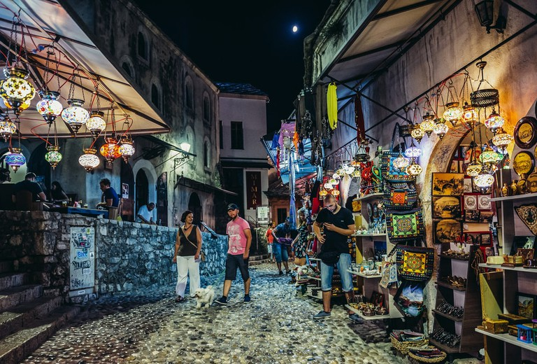 People walks among souvenirs shops on the Old Town of Mostar | © Fotokon/Shutterstock