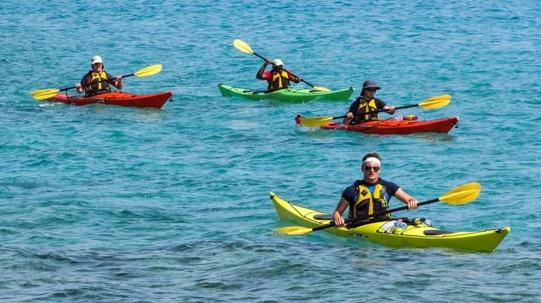 https://pixabay.com/en/canoe-kayak-sport-kayaking-canoeing-2385207/