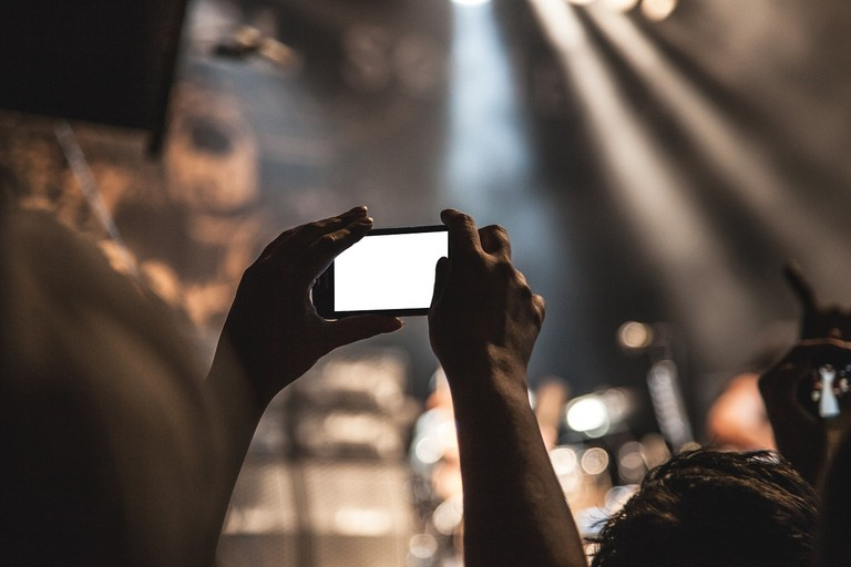 https://pixabay.com/en/smartphone-movie-taking-pictures-407108/
