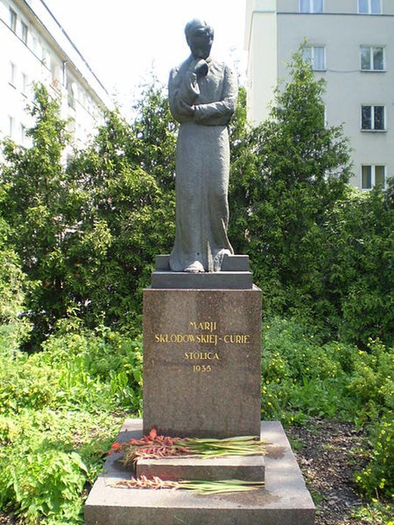 450px-Warsaw_Maria_Skłodowska-Curie_monument_front