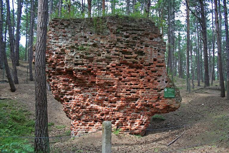 1024px-Łeba_-_Old_church_ruins_01
