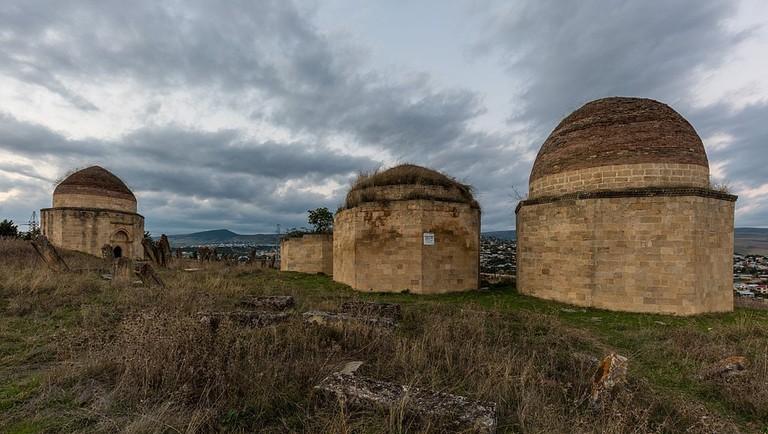 1024px-Mausoleos_de_Yeddi_Gumbez,_Shamakhi,_Azerbaiyán,_2016-09-27,_DD_07-09_HDR