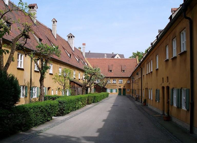 1280px-Gasse_in_der_Fuggerei,_Augsburg