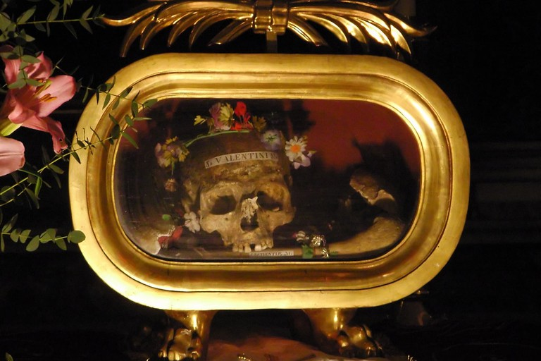 The flower-crowned skull of St. Valentine | © Mike Coats/Flickr