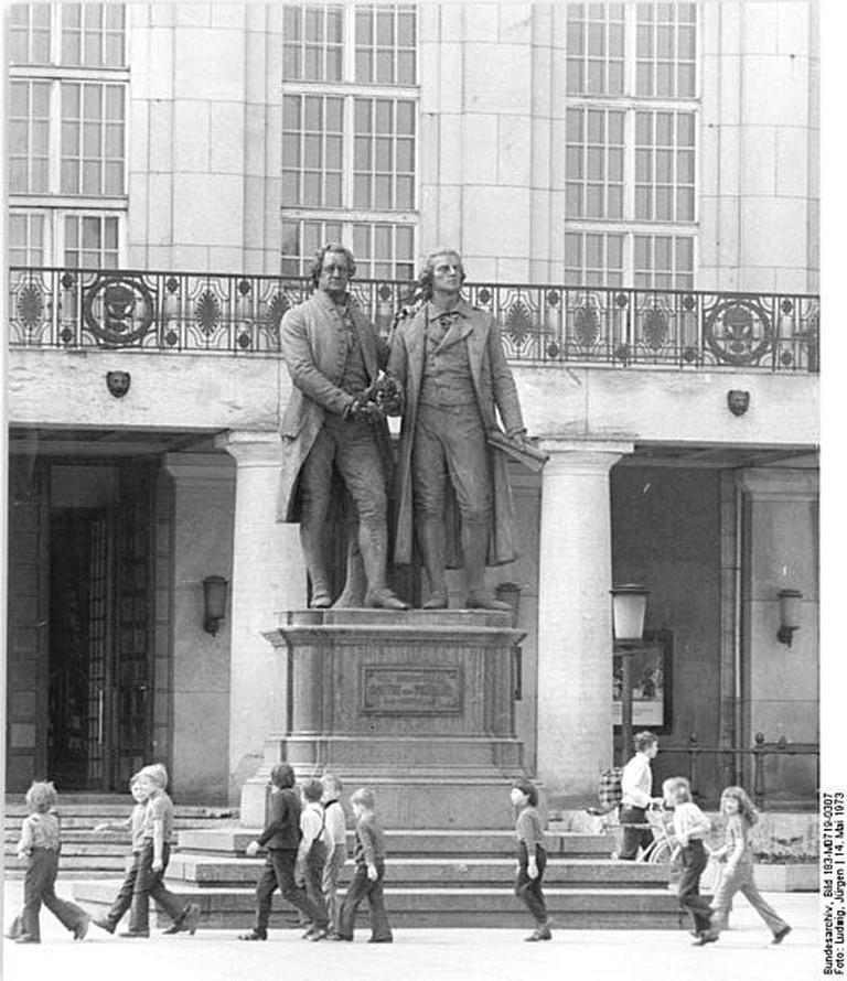 518px-Bundesarchiv_Bild_183-M0719-0307,_Weimar,_Theaterplatz,_Goethe-Schiller-Denkmal,_Nationaltheater