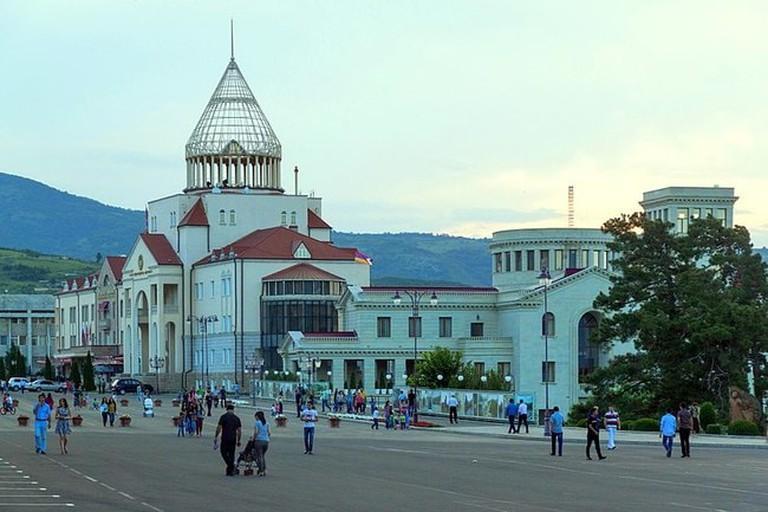 800px-2014_Stepanakert,_Plac_Odrodzenia_(02)