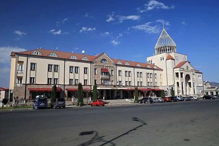 800px-Hotel_Armenia_a_budova_parlamentu_-_panoramio