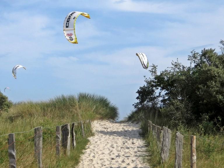 kitesurfer_pelzerhaken_beach_sky_paraglider_water_sports-842810