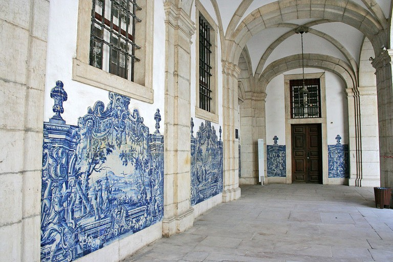 https://commons.wikimedia.org/wiki/File:Mosteiro_de_S%C3%A3o_Vicente_de_Fora_001.jpg