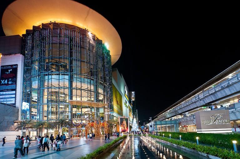 1024px-Thailand_Bangkok_SiamParagon_Night
