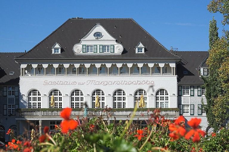1280px-2010-10-03_Gasthaus_Margarethenhöhe,_Essen_(NRW)